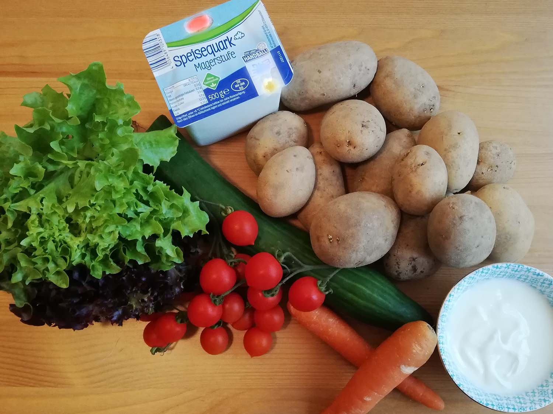 Pellkartoffeln mit Kräuterquark und Salat1