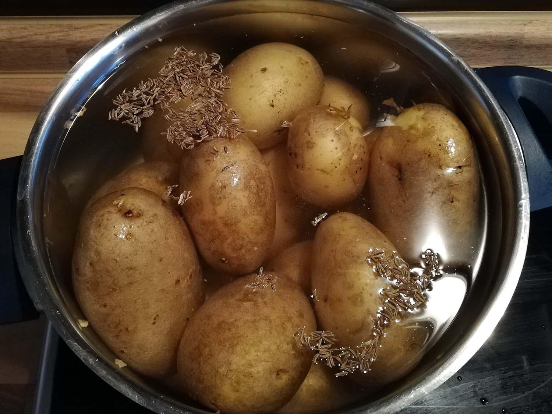 Pellkartoffeln mit Kräuterquark und Salat2