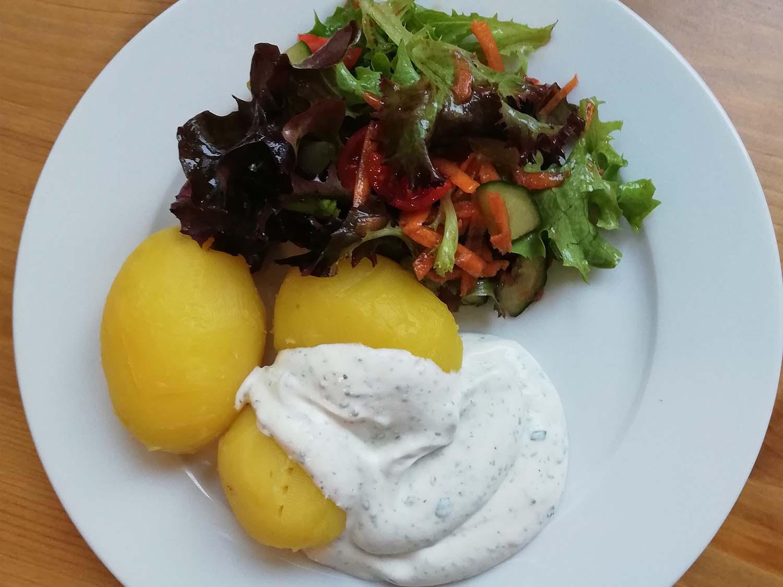 Pellkartoffeln mit Kräuterquark und Salat9