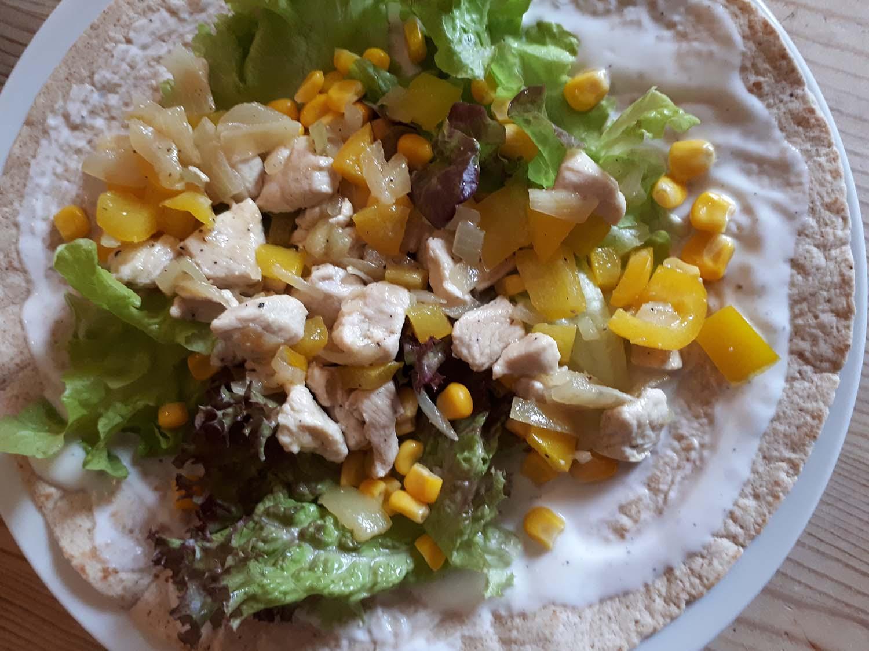 Wraps gefüllt mit Hähnchen und Gemüse und Salat6