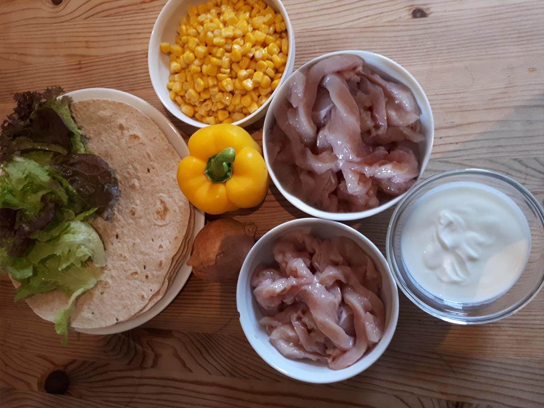 Wraps gefüllt mit Hähnchen und Gemüse und Salat8